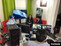 Lucía Pineda, en un estudio en Costa Rica, donde opera junto a otros medios digitales. [Foto: Cortesía Gerall Chavez/ Nicaragua Actual]