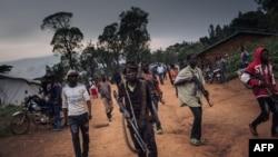 FILE - Wanamgambo, wakidaiwa kuwa na wapiganaji watoto, wenye silaha katika jamii ya Lendu wakilinda mkoa wa Ituri, DRC, Sept. 19, 2020.