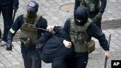 بازداشت یکی از معترضان بلاروسی در جریان تظاهرات نوامبر ۲۰۲۰