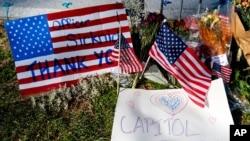 ສະຖານທີ່ໄວ້ອາໄລໃຫ້ແກ່ ເຈົ້າໜ້າທີ່ຕຳຫຼວດປະຈຳລັດຖະສະພາ ສະຫະລັດ ໄບຣແອນ ຊິກນິກ ແມ່ນເຫັນໄດ້ຢູ່ໃກ້ໆ ຕຶກ Capitol ຢູ່ເຂດ Capitol Hill ໃນນະຄອນຫຼວງ ວໍຊິງຕັນ, ວັນພະຫັດ ທີ 14 ມັງກອນ 2021. (AP Photo)