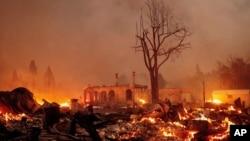 """""""迪克西野火""""把加州北部的淘金历史小镇格林维尔焚毁(2021年8月4日)"""
