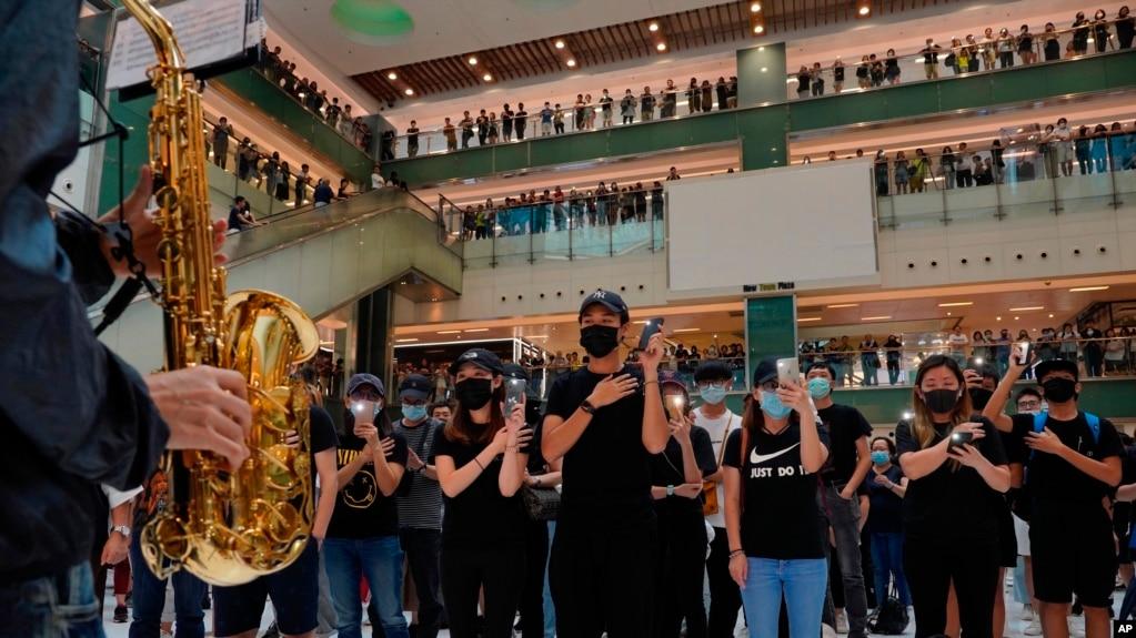 抗议者不顾禁令星期天(10/13)继续在一家购物商场戴口罩抗议。
