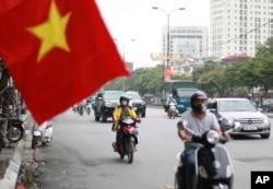 Người dân ở Hà Nội đeo khẩu trang để ngăn Covid-19 lây lan (ảnh chụp hôm 6/8/2020)
