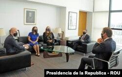El presidente de Uruguay, Luis Lacalle Pou, recibe a delegación estadounidense en el despacho presidencial en Montevideo, Uruguay, el 15 de abril de 2021. [Cortesía Presidencia de la Republica - ROU]
