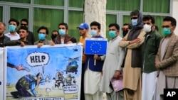 前阿富汗翻譯人員在首都喀布爾示威,要求美國和北約提供幫助。(2021年4月30日)