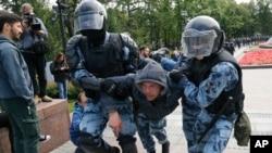 Policajci hapse demonstranta tokom mirnog protesta u centru Moksve, Rusija, 3. avgusta 2019.