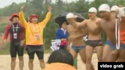 一组韩国人下海接力游泳,奔向韩日有争议的岛屿