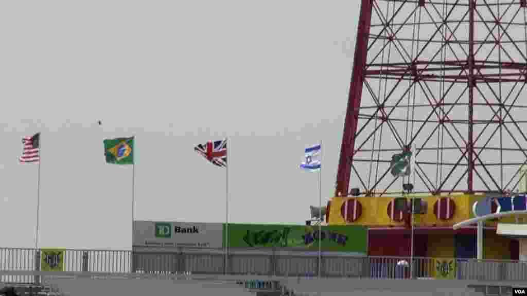 بیس بال اسٹیڈیم میں دیگر ملکوں کے جھنڈوں کے ساتھ پاکستان کا جھنڈا بھی دکھائی دے رہا ہے