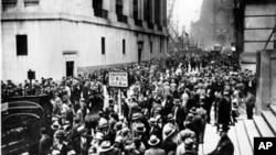 1929年10月24日的股市崩盘引发人们涌向位于曼哈顿的华尔街