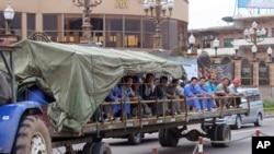 剛果民主共和國金沙薩街頭駛過一輛載有中國工人的拖拉機。(2015年5月20日)