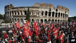 Demonstrators march past the Colosseum during a general strike in Rome, Italy, September 6, 2011.