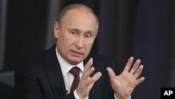 Tổng thống Nga Vladimir Putin đã ký ban hành luật cấm người Mỹ nhận trẻ em Nga làm con nuôi. Luật này được xem như là để trả đủa luật Magnitsky của Hoa Kỳ