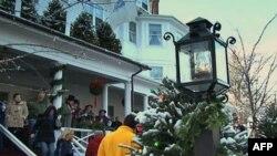 Туристы со всей страны наслаждаются праздничной атмосферой Стокбриджа