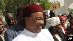 'Yan takarar shugaban kasa masu hamayya da juna Mahamadou Issoufou, a hagu, da Seini Oumarou a dama suna gaisawa