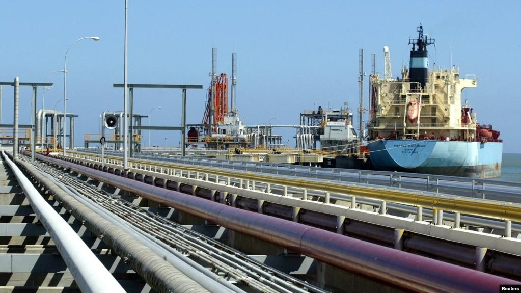 Tư liệu - Một tàu chở dầu tại bãi hàng hóa của nhà máy lọc dầu Jose ở Venezuela.