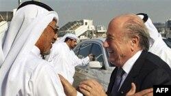 Chủ tịch FIFA Sepp Blatter, phải, được Chủ tịch Liên đoàn Bóng đá Á châu, Mohammed Bin Hammam, chào đón tại sân bay ở Doha trong chuyến thăm chính thức Qatar, 16/12/2010