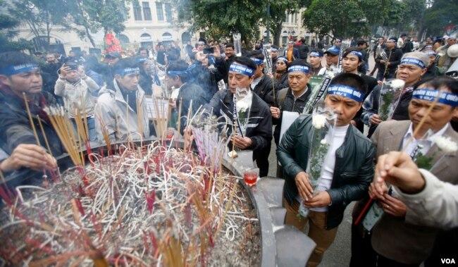 越南數十名抗議者星期二在河內市中心集會,紀念1974年的黃沙海戰(中國稱西沙之戰)42週年(2016年1月19日)。