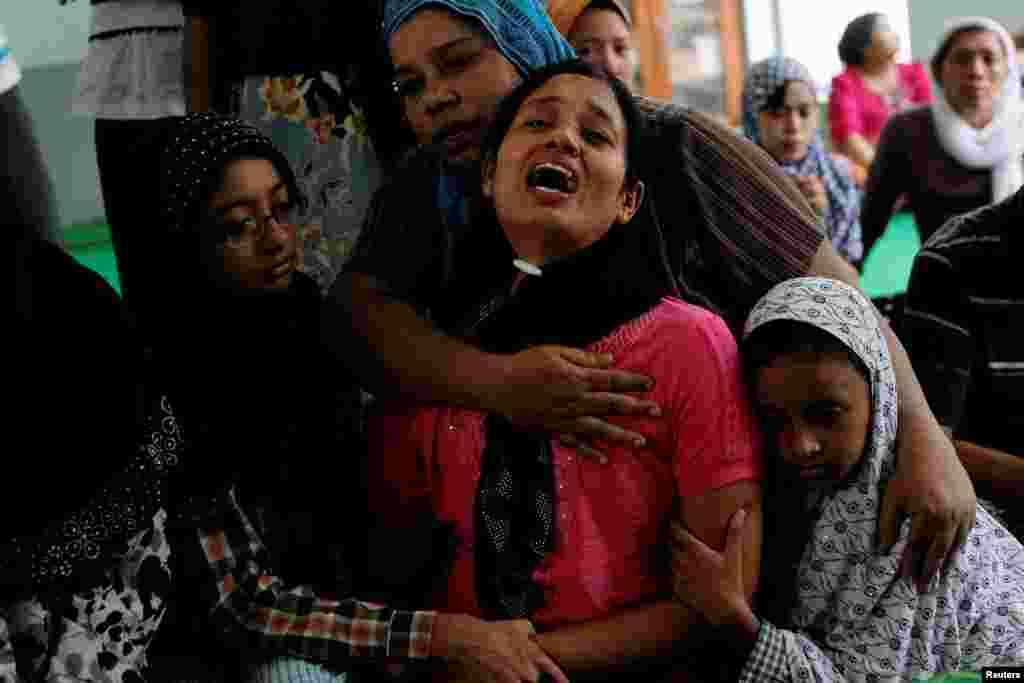 Жінка плаче над тілом свого чоловіка, вбитого поблизу мечеті. Буддисти становлять більшість у М'янмі. Починаючи з 2012-го року країна стикається з міжрелігійним насильством, у результаті якого загинули до 280 осіб і 140 тисяч втратили домівки. Переважно жертвами стають мусульмани, яких атакують буддистські екстремісти - повідомляє AP.