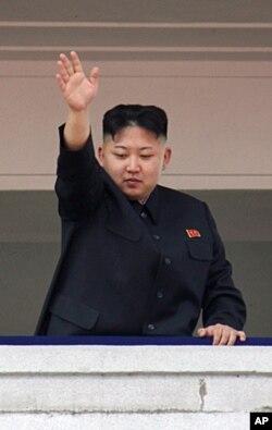열병식에서 손을 흔드는 김정은.