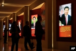 北京的中国军事博物馆的长征展览中有习近平等先后5位领导人的肖像(2016年10月24日)