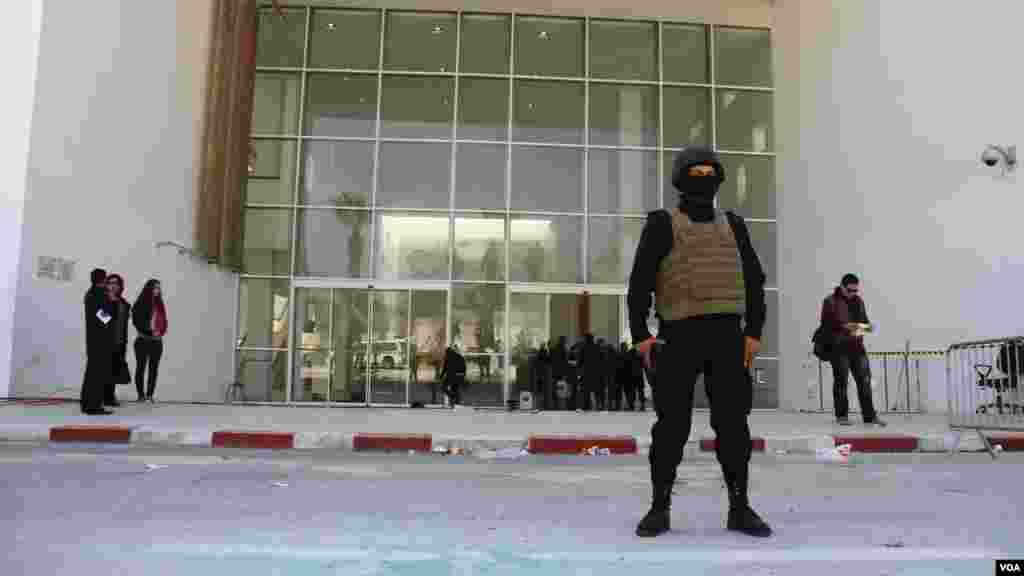 Des agents montent la garde devant le musée du Bardo à Tunis que des hommes armés ont pris d'assaut durant quelques heures où ils ont tués des visiteurs, ressortissants de sept pays à Tunis, le 19 Mars, 2015. (Mohamed Krit / VOA)