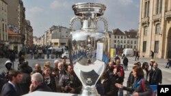 Cúp vô địch bóng đá châu Âu được trưng bày tại Saint-Denis, phía bắc Paris.