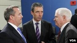 Pertemuan NATO di Brussels, dari kiri: Menhan Inggris Liam Fox, Sekjen NATO Anders Fogh Rasmussen, dan Menhan AS Robert Gates (8/6).