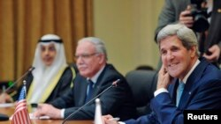 Ngoại trưởng Mỹ John Kerry (phải) trong cuộc thảo luận với ngoại trưởng các nước thuộc Liên đoàn Ả rập tại Bộ Ngoại giao ở Amman, ngày 17 tháng 7 năm 2013.