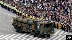 南韓舉行十年來最大的閱兵禮﹐首次公開亮相射程達1000公里的玄武3型導彈。
