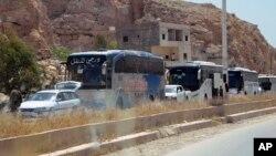 Warga sipil mengungsi dari wilayah di dekat Damaskus yang direbut pasukan pemerintah Suriah (8/5).