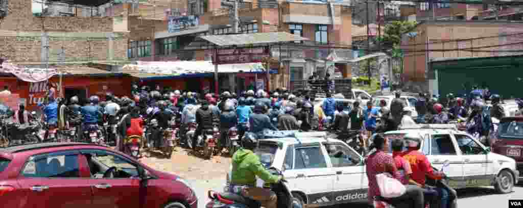 People crowd around the gasoline station to fill their tanks, Kathmandu, April 27, 2015. (Bikas Rauniar/VOA)