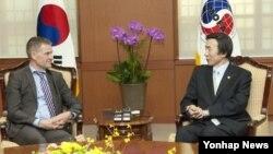 윤병세 한국 외교부 장관(오른쪽)이 25일 외교부 청사를 예방한 에린 솔하임 OECD 개발원조위원회(DAC)의장과 대화하고 있다.