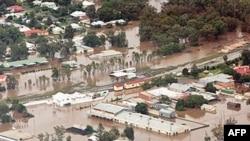 Thống đốc bang Queensland, bà Anna Bligh, nói rằng có thể phải mất ít nhất là 10 ngày nữa nước lũ mới rút xuống.
