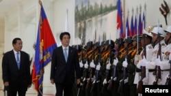 Thủ tướng Nhật Shinzo Abe duyệt hàng quân danh dự của Campuchia tại Phnom Penh, ngày 16/11/2013.