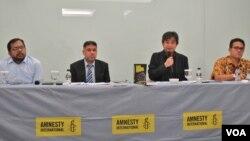 Amnesty Internasional meluncurkan laporan pelanggaran HAM di Indonesia 2015 di Jakarta (24/2). Dari kiri: Koordinator Kontras Haris Azhar, Deputi Direktur Amnesti Internasional Josef Benedict, Peneliti Amnesty Internasional Papang Hidayat dan Peneliti Elsam Wahyudi Djafar.