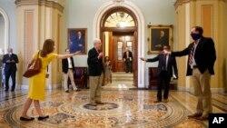 Lãnh tụ khối đa số Thượng viện Mitch McConnell (giữa) phát biểu với các phóng viên tại Điện Capitol ngày 9/4/2020.