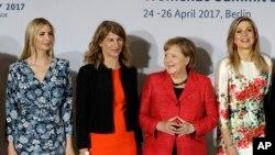 از راست ملکه هلند، صدر اعظم آلمان، عضو اتحادیه زنان کارآفرین و ایوانکا ترامپ