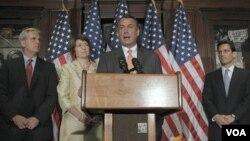 Ketua DPR AS, John Boehner (tengah) dan fraksi Republik mengajukan RUU terpisah dari Gedung Putih soal usulan kenaikan pagu utang AS.