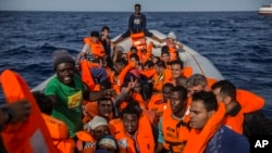 Migranti u gumenom čamcu blizu libijske obale