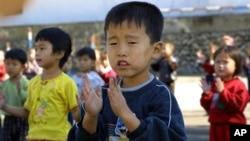 지난 2006년 북한 평안북도 향산군의 한 탁아소에서 세계식량계획, WFP의 지원 식량을 제공 받는 어린이들. WFP 배포. (자료사진)
