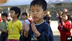 북한에서 WFP의 식량 지원을 받는 어린이들. (자료사진)