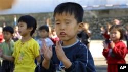 유엔의 식량 지원을 받은 북한 어린이들. (자료 사진)