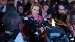 Carly Fiorina habla con los medios luego del debate secundario en la Quicken Loans Arena de Cleveland.