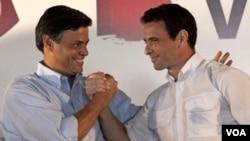 El ex alcalde Leopoldo López (izq.) le da su apoyo a Henrique Capriles.