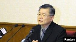 韩裔加拿大传教士林铉洙在平壤人民文化宫的记者会上讲话。(朝中社照片)