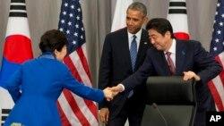미국 워싱턴에서 제4차 핵안보정상회의가 열린 지난 3월, 미한일 정상이 회담 후 악수하고 있다. 왼쪽부터 박근혜 한국 대통령, 바락 오바마 미국 대통령, 아베 신조 일본 총리.