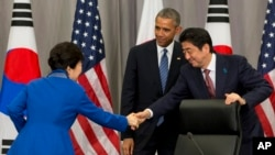 제4차 핵안보정상회의 첫날인 지난달 31일 미한일 정상이 정상회담을 가진 후 악수하고 있다. 왼쪽부터 박근혜 한국 대통령, 바락 오바마 미국 대통령, 아베 신조 일본 총리.