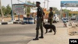 Un point de contrôle de la police a l'entrée de l'université, dans le nord-est du Nigeria, 2018. (VOA/Chika Oduah).