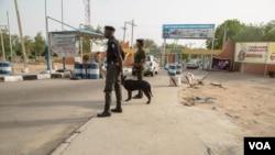 La police patrouille devant une université au Nigeria (C. Oduah / VOA)