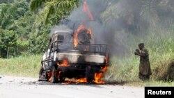 Le véhicule calciné du colonel Mamadou Ndala près de Mazizi, le 2 janvier 2014.
